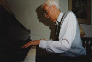 Hans Henkemans achter piano